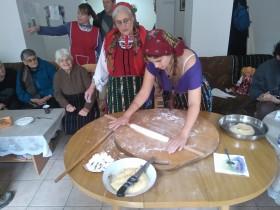 """Доброволци приготвиха традиционна """"гръчена разложка баница"""" за Димитровден"""